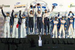 P1 podium: winnaars Franck Montagny, Stéphane Sarrazin en Alexander Wurz, 2de Nicolas Lapierre, Nico