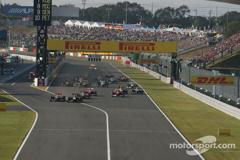 Sebastian Vettel, Red Bull Racing leads the start of the race and leads Jenson Button, McLaren Merce