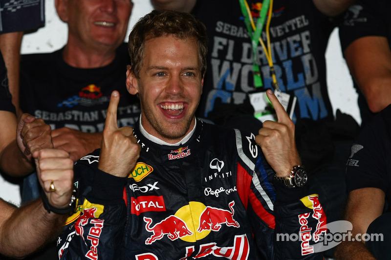 Sebastian Vettel, campeón del mundo de F1 2011, celebra con el equipo