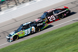 Carl Edwards, Roush Fenway Racing Ford et Kevin Harvick, Richard Childress Racing Chevrolet
