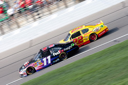 Denny Hamlin, Joe Gibbs Racing Toyota et Kurt Busch, Penske Racing Dodge