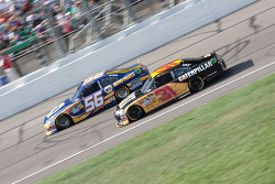 Martin Truex Jr., Michael Waltrip Racing Toyota et Jeff Burton, Richard Childress Racing Chevrolet