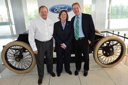 Edsel Ford II, bestuurslid Ford Motor Company; Elena Ford, Director of Global Marketing, Sales and S