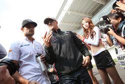Vitantonio Liuzzi, HRT Formula One Team en Michael Schumacher, Mercedes GP Petronas F1 Team