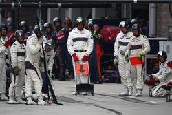 Sauber mechanics awaiting a pit stop