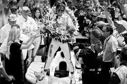Il vincitore della Indy 500 2011 Dan Wheldon, Bryan Herta Autosport with Curb / Agajanian festeggia la vittoria
