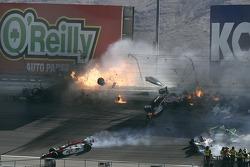 El horrible accidente de 15 coches dónde Dan Wheldon perdió la vida