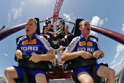 Will Davison en Mika Salo in achtbaan Dreamworld