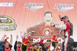 Clint Bowyer (Richard Childress Racing Chevrolet) célèbre la victoire