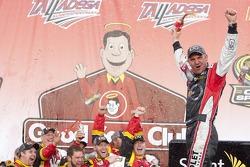 Clint Bowyer (Richard Childress Racing Chevrolet) célèbre la victoire