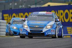 Yvan Muller, Chevrolet Cruz 1.6T, Chevrolet leads Robert Dahlgren, Volvo C30, Polestar Racing