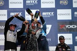 Tom Coronel, BMW 320 TC, ROAL Motorsport race winner, Yvan Muller, Chevrolet Cruz 1.6T, Chevrolet 2n