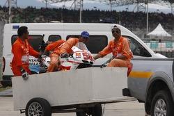 Moto estrellada de Simoncelli vuelve a paddock