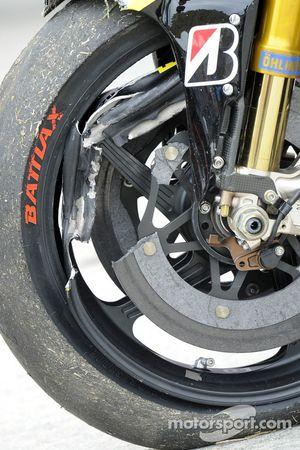 Marco Simoncelli's gecrashte moto in de paddock