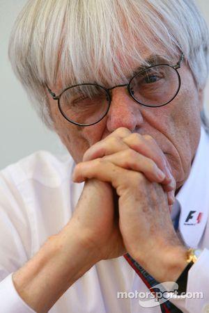 Журналисты берут интервью у Берни Экклстоуна и Фернандо Алонсо, Scuderia Ferrari