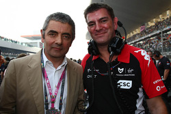 Rowan Atkinson, British aktör, ve Graeme Lowden, Virgin Racing Direktör, racing