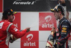 Podio: Fernando Alonso, Scuderia Ferrari y Sebastian Vettel, Red Bull Racing