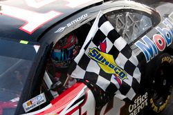 Tony Stewart, Stewart-Haas Racing Chevrolet pakt de overwinning
