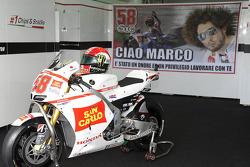 La moto et le casque de Marco Simoncelli dans le stand du Team Gresini