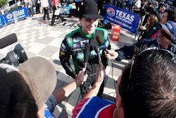 Victory lane: race winnaar Trevor Bayne