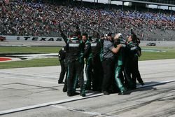 Trevor Bayne's crew viert overwinning