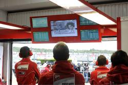 Hommage à Marco Simoncelli dans le stand Ducati