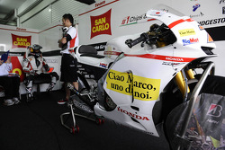 Hommage à Marco Simoncelli sur la moto de son coéquipier, Hiroshi Aoyama