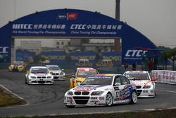 Franz Engstler, BMW 320 TC, Liqui Moly Team Engstler leads Charles Ng, BMW 320si, Liqui Moly Team E