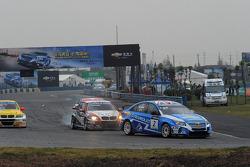 Tom Coronel, BMW 320 TC, ROAL Motorsport en Robert Huff, Chevrolet Cruze 1.6T, Chevrolet