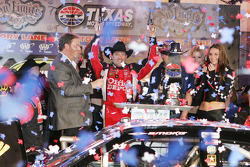 Victory lane: race winner Tony Stewart, Stewart-Haas Racing Chevrolet