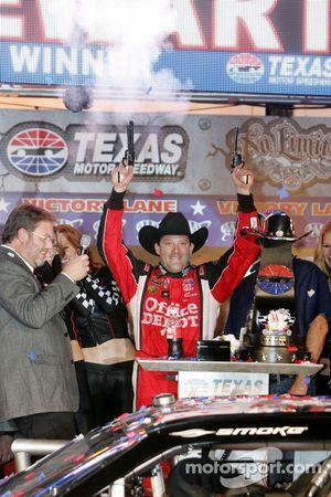 La ligne d'arrivée : le vainqueur Tony Stewart, Stewart-Haas Racing Chevrolet