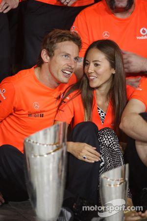 McLaren Mercedes, Jenson Button y Jessica Michibata novia de Jenson Button