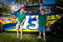 NASCAR Championship Drive in South Beach jonge fans met wagen A.J. Allmendinger, Richard Petty Motor