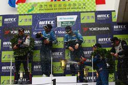 Robert Huff, Chevrolet Cruze 1.6T, Chevrolet race winner, Tom Coronel, BMW 320 TC, ROAL Motorsport 2