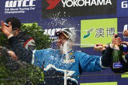 Yvan Muller, Chevrolet Cruz 1.6T, Chevrolet WTCC Champion 2011 and Robert Huff, Chevrolet Cruze 1.6T