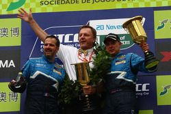 Yvan Muller, Chevrolet Cruz 1.6T, Chevrolet WTCC Champion 2011, Ray Mallock, RML and Robert Huff, Chevrolet Cruze 1.6T, Chevrolet race winner, Race1 and Race2