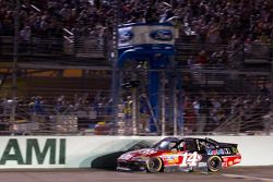 Tony Stewart, Stewart-Haas Racing Chevrolet aan de finish, pakt titel NASCAR Sprint Cup Series 2011