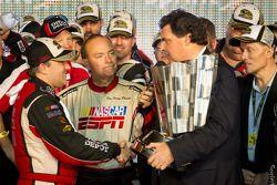 Victory lane: NASCAR Sprint Cup Series 2011 kampioen Tony Stewart, Stewart-Haas Racing Chevrolet vie