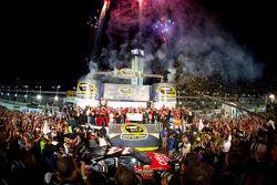 Victory lane: NASCAR Sprint Cup Series 2011 kampioen Tony Stewart, Stewart-Haas Racing Chevrolet kri