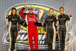 Victory Lane: 2011 NASCAR Sprint Cup Series Champion Tony Stewart, Stewart-Haas Racing Chevrolet mit