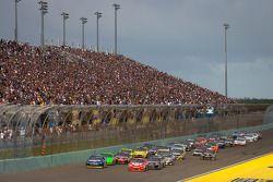 Herstart: Brad Keselowski, Penske Racing Dodge en Juan Pablo Montoya, Earnhardt Ganassi Racing Chevr