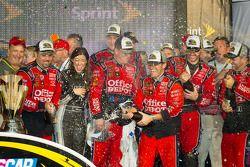Victory lane: Stewart-Haas Racing team viert met champagne