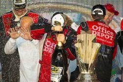 Victory lane: NASCAR Sprint Cup Series 2011 kampioen Tony Stewart, Stewart-Haas Racing Chevrolet met