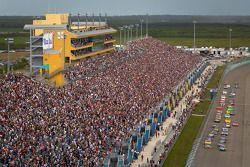 Start: Carl Edwards, Roush Fenway Racing Ford en Martin Truex Jr., Michael Waltrip Racing Toyota aan