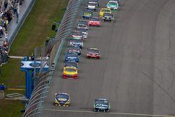 Carl Edwards, Roush Fenway Racing Ford et Martin Truex Jr., Michael Waltrip Racing Toyota mènent le