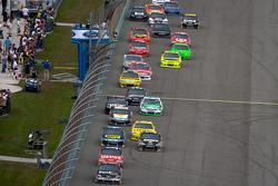 Denny Hamlin, Joe Gibbs Racing Toyota al frente de un grupo de autos
