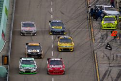 Kyle Busch, Joe Gibbs Racing Toyota en Landon Cassill, Chevrolet battle