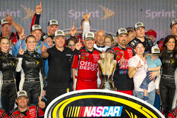 Victory lane: NASCAR Sprint Cup Series 2011 champion Tony Stewart, Stewart-Haas Racing Chevrolet cel