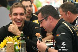 Виталий Петров, Lotus Renalut F1 Team, и Эрик Булье, глава команды Lotus Renault GP