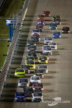 Restart: Kevin Harvick, Kevin Harvick Inc. Chevrolet and James Buescher, Turner Motorsport Chevrolet lead the field